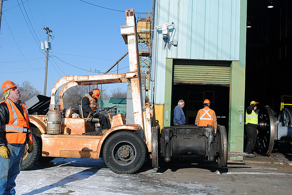 d33993ps-tim-oneil-on-forklift-with-lead-truck-msp-jct-mn-12-9-11